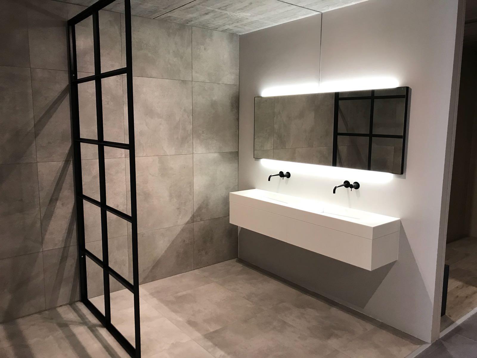 Van-den-Hazel-badkamers-mijn-bad-in-stijl-HIPP-design-LED-spiegel-mat-zwart