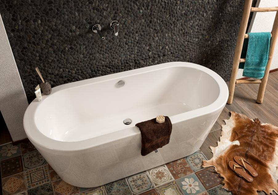 Mijnbadinstijl-moderne-badkamer-badkamerinspiratie-zwarte-muur-witte-badkuip