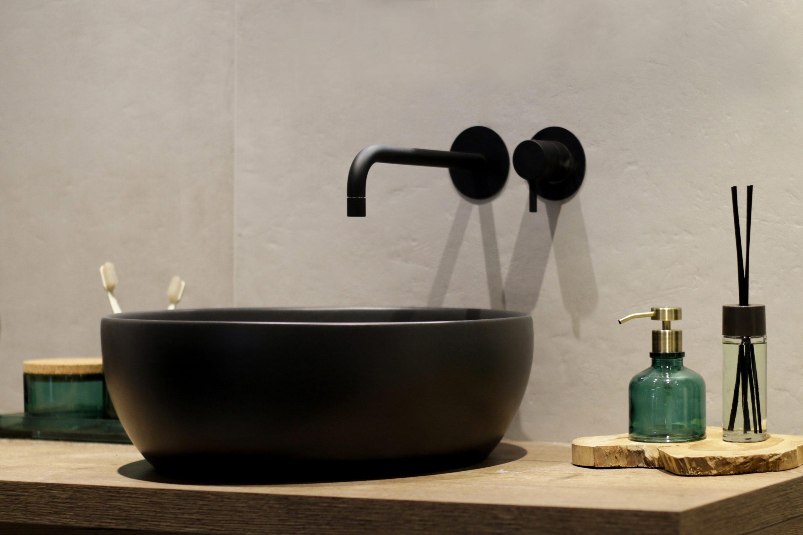Mijn-bad-in-stijl-tip4-zwarte-details-sink-badkamer
